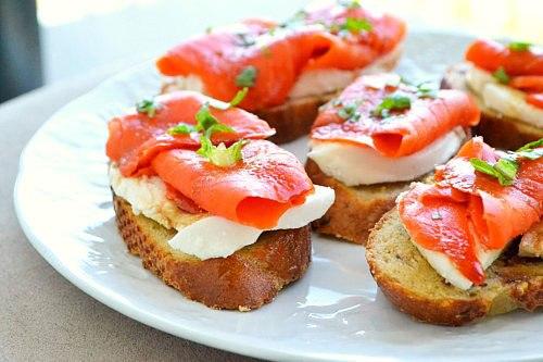 Хрустящие бутерброды с моцареллой и копченым лососем